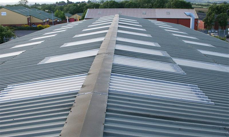 Với mỗi công trình, người ta sẽ thiết kế mái tôn với độ dốc khác nhau để giúp thoát nước, tránh gây hiện tượng ứ đọng