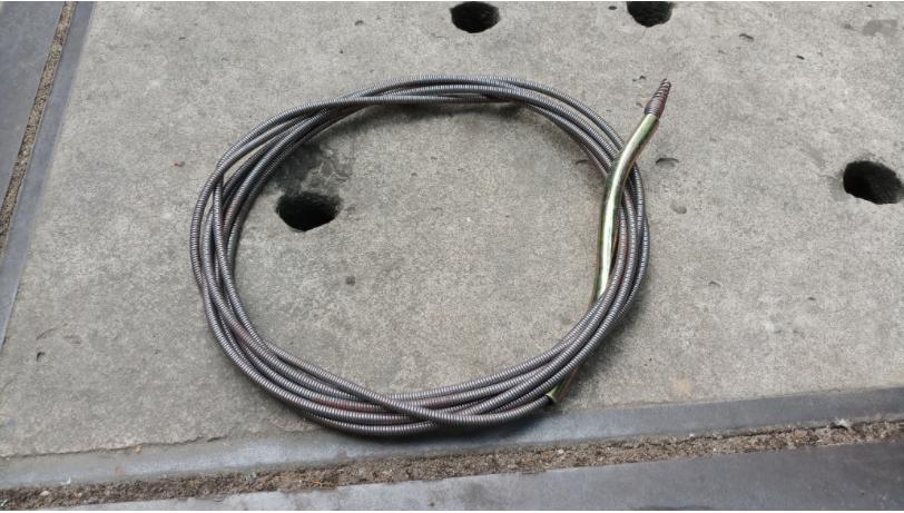 Dùng dây thông cống lò xo giúp bạn thông tắc ống nước hiệu quả